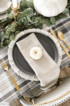THANKGSGIVING TABLETOPS | Love black and white? It works for Thanksgiving, too, especially when paired with golden cutlery. Photo: An Unblurred Lady #interiordesign #thanksgiving #tablescapes #entertaining #marciamooredesignblog #allthebestm