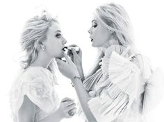 Elle and Dakota fanning, I love the lighting in this and I like how Elle is putting on Dakota's lipstick. Cute!