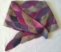 Esta bufanda -chal del CLUB DE LA AGUJA nos ha quedado así de bonita.       Es un poco trabajoso al principio pero en cuanto se coge el...