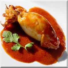 Stuffed Calamari Braised in Sriracha Sauce Trout Recipes, Lobster Recipes, Sauce Recipes, Calamari Recipes, Shellfish Recipes, Seafood Recipes, Sriracha Sauce, Spicy Sauce, Gastronomia