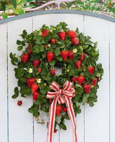 strawberry wreath, unique idea! いいアイデアだ!