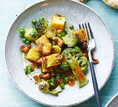 Serve this subtly spiced broccoli and paneer dish with naan breads or rotis. A meat-free, veg-packed main, perfect for Friday night Masala Spice, Garam Masala, Vegetarian Side Dishes, Vegetarian Curry, Broccoli Benefits, Paneer Dishes, Indian Cheese, Saag, Bbc Good Food Recipes