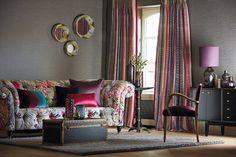 Dobles cortinas coordinadas con el estampado de flores del sofá - Villalba Interiorismo