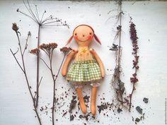Купить Кукла с вышивкой - цветы, зеленый, кукла, вышивка, вязание, шерсть, шмель, примитивная кукла