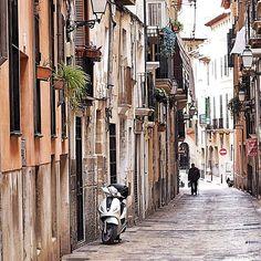 ...und noch eine Gasse... #mallorca #palma #streetstyle #2017 #ig_europe #instagood #feelgoodphoto #streetphotography #mediterraneo #life #ig_today #ig_europe #ig_worldclub #ig_daily #ig_nature www.porip.de