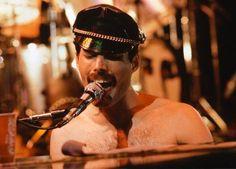 Risultati immagini per freddie mercury 1980 Freedie Mercury, Mercury Black, Queen E, Queen Band, Queen Freddie Mercury, John Deacon, Brian May, Queen Bohemian Rhapsody, We Will Rock You