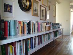 Librería en MDF lacado, pino blanqueado y soportes en acero corten.