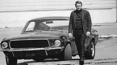 Steve McQueen pendant le tournage de <i>Bullitt</i> en 1968, au côté de sa Ford Mustang GT 390.