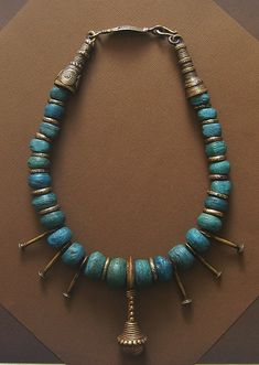 I mounted this necklace with my best Blue Hebron beads ( 200 to 800 y.o.), some cast bronze fertility pendants and 2 hair ornaments from Nigeria .