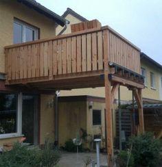 Angebauter massiver Holzbalkon Regensicher, dicht zur überdachten Terrasse.