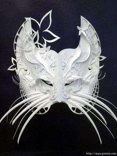 De hecho, también ha diseñado colecciones completas de máscaras y vestidos de novia.