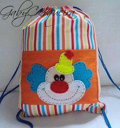 Mochila+em+tecido+100%+algodão+estampada+com+bolso.Aplique+de+palhaço+em+feltro.+Quantidade+mínima+20+unidades. R$ 12,50