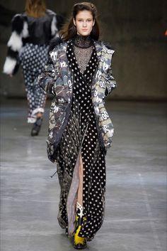 Guarda la sfilata di moda House of Holland a Londra e scopri la collezione di abiti e accessori per la stagione Collezioni Autunno Inverno 2017-18.