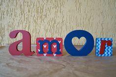 Palavra Amor: descolada, alegre e linda !!  Ideal para decorar mesa de casamento, aniversário, chá de panela, chá de bebê, ensaio fotográfico e muito mais.  Decore quartos infantis, aquele cantinho super legal de casa ou mesmo presenteie, pois essa é uma peça exclusiva e original TODA COR DECOR.  Fazemos em outras cores e estampas ! R$ 60,00