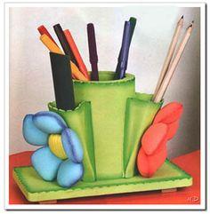 PortaLapicero realizado con foamy, tiene dos bolsillos en los que también puedes guardar pequeños objetos y está decorado con flores. Práctico, util y decorativo, te contamos como hacerlo y que necesitas a continuación..
