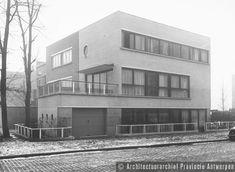 Antwerpen, hoek Camille Huysmanslaan en Volhardingstraat, eigen woning (1932). photo credit: Architectuurarchief Provincie Antwerpen, found on the website: http://www.debalansvanbraem.be