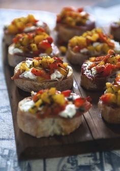 Bruschetta with grilled peppers, goat cheese & prosciutto - Three times a day - Here is a simple way to prepare a large amount of homemade bites. Best Appetizers, Appetizer Recipes, Prosciutto Recipes, Grilled Peppers, Roasted Peppers, Finger Foods, Italian Recipes, Food Inspiration, Love Food