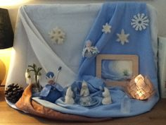 January ~ Ice & Snow ~ Winter Nature Table--addition to fairy house shelf Waldorf Crafts, Waldorf Dolls, Yule, Winter Table, Small World Play, Autumn Nature, Nature Table, Home Learning, Classroom Inspiration
