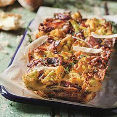 """Blomkool quiche sonder meel: Bak hierdie korslose souttert in 'n broodpan en pak die skywe in vir padkos of werk. Boonop is dit """"banting""""-vriendelik! Banting Recipes, Low Carb Recipes, Cooking Recipes, Paleo Recipes, Kos, Vegetable Dishes, Vegetable Recipes, Ma Baker, South African Recipes"""