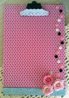 pranchetas decoradas Clipboard Crafts, Pioneer School, Diy And Crafts, Arts And Crafts, Bazaar Crafts, Shabby Chic Decor, Make And Sell, Diy Gifts, Something To Do