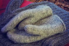 Flourishing!: Huovutetut lapaset ohje Handicraft, Mittens, Knit Crochet, Knitting, Handmade, Joki, Craft, Fingerless Mitts, Hand Made