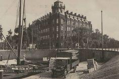 Het Scheepvaarthuis van architect Jan van der Mey is de 1e volledige exponent van de Amsterdamse School, (1910-1925). De rederijen bewoonden het gebouw tot 1981, waarna het GVB er kantoor hield. De restauratie vanaf 2004 van het pand in oude stijl en werd het tegelijk verbouwd tot het luxueuze Grand Hotel Amrâth. Dat opende in 2007 zijn deuren en sloot de (ver)bouw zomer 2008 af met de opening van 10 suites.