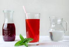 Sirop de capsuni – reteta video via @JamilaCuisine Hurricane Glass, Pint Glass, Pickles, Pantry, Gem, Homemade, Drinks, Tableware, Food