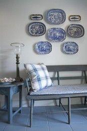 Decoração de interiores: salas de jantar e de estar em tons de branco e azul