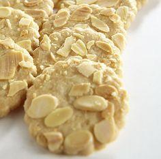 Les Sables aux Amandes de Sable-sur-Sarthe  Jours Heureux : Rond, blond et doré, ce petit gâteau riche en beurre présente une texture unique, très croquante, qui nécessite une cuisson parfaite et toute la dextérité de l'artisan biscuitier. Comme autrefois, la fabrication reste artisanale, et la recette strictement la même que celle d'origine.