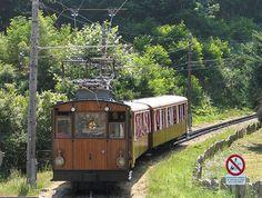 """El ferrocarril de la Rhune, también llamado """"Pequeño tren de la Rhune"""" está situado en el País Vasco francés, en los Pirineos atlánticos. Se trata de uno de los raros ferrocarriles de cremallera que aún se encuentran en servicio en Francia.Por una línea de vía métrica, inaugurada en 1924, circulan durante la temporada turística trenes de época con tracción eléctrica."""