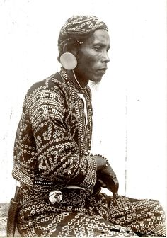 Bagobo chief _ Davao, Mindanao -- of Michigan Library Collection) Philippines People, Philippines Cities, Visit Philippines, Philippines Fashion, Philippines Culture, Asian History, Black History, Vintage Pictures, Old Pictures