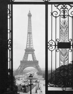 Black and white eiffel tower photo - mylusciouslife.com.jpg