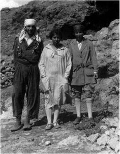 Dorothy Garrod. Rememorando a una innovadora arqueóloga Por Carolina Martínez Pulido FOTOGRAFIA: Dorothy Garrod con George y Edna Woodbury (American School of Prehistoric Research), 1928
