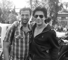 RT @THESRK_ONLINE SNEAK PEAK #KINGKHAN #FAN Super happy @Omg SRK poses with a photographer during his movie promotion pic.twitter.com/IWy2fsF5c1