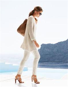 Lange Strickjacke, Bedruckte Hose, Damen Pilotenbrille mit getönten Gläsern, Sandalette aus Leder, Große Leder-Handtasche