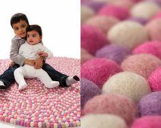 rosa bebé redondo sentía pelota niña alfombra
