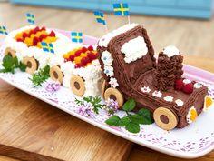 Tågtårta med chokladglasyr och ballerinahjul   Recept från Köket.se Fika, Baby Shower Parties, Gingerbread, Tart, Sweets, Birthday Ideas, Desserts, Children, Pictures