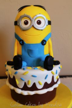 Throwing a Minions party? Check out our Top Ten List of Crazy Minions Cake Ideas, sure to put your party over the top! Minion Torte, Bolo Minion, Minion Cakes, Crazy Cakes, Fancy Cakes, Cute Cakes, Pastel Minion, Beautiful Cakes, Amazing Cakes