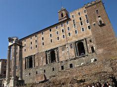 Tabularium.  Pódense observar dúas partes diferentes: a parte de abaixo pertence ao Tabularium e a parte de arriba pertence ao concello actual de Roma. Na antiga Roma o tabularium utilizabase como lugar de venda de todo tipo de cousas.