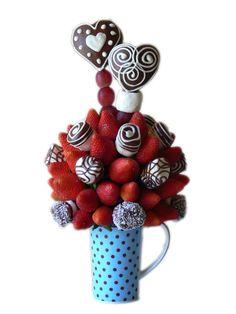 Lovely Marshmallow       Exquisitos corazones de Manzana cubiertos de chocolate de leche decoradas con chocolate blanco, acompañados de Fresas Premium y Marshmallow cubiertos de chocolate / coco.    En una jarra personal para El o para Ella.    Aprox. 45 piezas comestibles