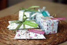 Pudełeczka na prezenty w 2 formatach i 3 wzorach. Idealne opakowanie na drobny prezent :) Pobierz, wydrukuj i złóż – klika minut i gotowe!