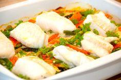 Lækker opskrift på fisk i fad med porrer og gulerødder. Du kan bruge brosme, torsk eller kuller, og sovsen laves med lidt hvidvin og fløde. Fisk i fad med porrer og gulerødder er nem aftensmad, hvo…