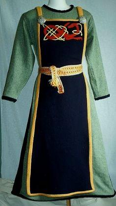 Kleid mit reich befilzter Schürze