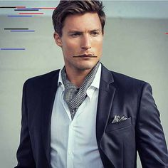 Nowadays, things are often more informal, and an ascot is a great way to not seem careless but elegant and people really realize that they are wearing. Ascot Outfits, Casual Outfits, Fashion Moda, Mens Fashion, Gentleman Fashion, Mens Ascot, Cravat Tie, Ascot Ties, Dapper Men