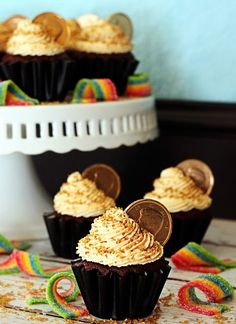 Love these pot of gold cupcakes from Polka-dotted Elephants! Happy Saint Patrick's Day friends! :)
