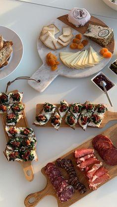 cheese,turkey,potato buns and wrap around it (like tastey) Tapas, Food Platters, Food Goals, Dessert, Aesthetic Food, Oreos, Food Cravings, Food Inspiration, Love Food