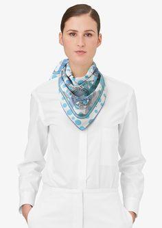 Très Grand Apparat   Réf. : H983049S 08 blanc/bleu/gris perle   €265   Carré en twill vintage 100 % soie, roulotté à la main (70 x 70 cm)