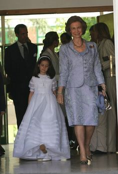 Victoria Federica with her grandmother, Queen Sofia, at church for her First Communion. Queen Victoria Descendants, Royal Families Of Europe, Spanish Royalty, Spanish Royal Family, Royal Queen, Queen Letizia, Prince And Princess, African Attire, Royal Fashion