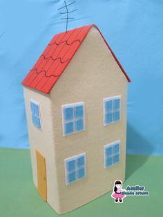 *Produto feito artesanalmente. <br>Casa em feltro baseada na casa do desenho Peppa Pig. Ideal para decoração de festa. <br> <br> <br>Medidas aprox.: 40cm (altura) x 20cm x 15 cm) <br> <br>**ANTES DE EFETUAR A COMPRA, CERTIFIQUE-SE SOBRE O PRAZO DE PRODUÇÃO, POIS ESTE SOFRE MUDANÇAS DIARIAMENTE. O PRAZO ESTIPULADO NA LOJA, É SÓ UMA REFERÊNCIA DE PRAZO MÁXIMO.