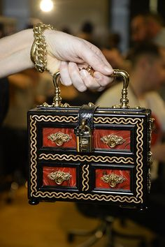 Dolce & Gabbana Women Fall Winter Fashion Show 2015 2016 Dolce Gabbana Women, Dolce And Gabbana Handbags, Fashion Handbags, Purses And Handbags, Fashion Bags, Fashion Shows 2015, Fashion 2015, Diy Fashion, Vintage Purses